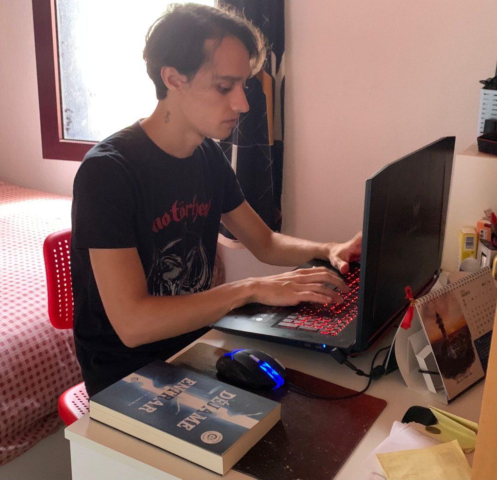 A.N. Yurkhela escribiendo