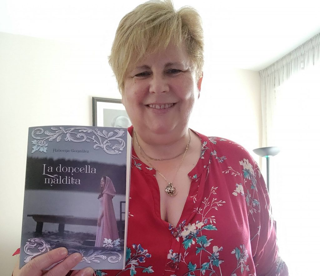 "Azucena González posando con ""La doncella maldita"""