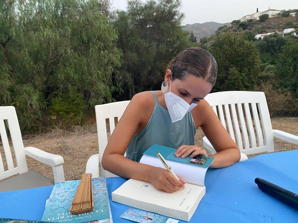 Carmen Piñero firmando un ejemplar de La vida secreta de las aves