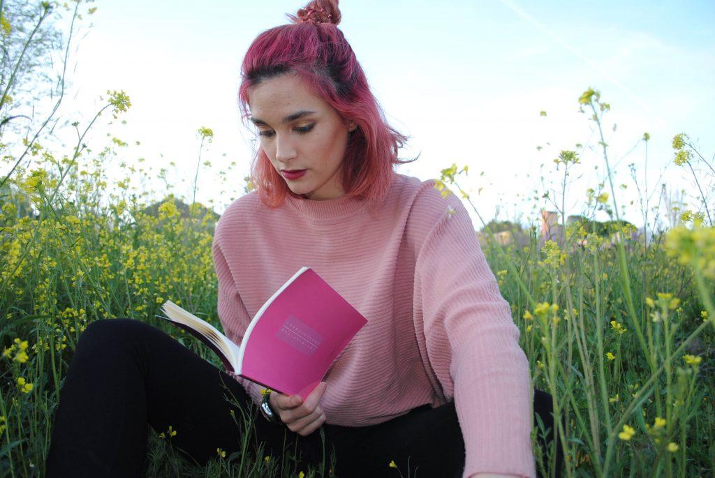 Isa Suárez leyendo 82 cicatrices
