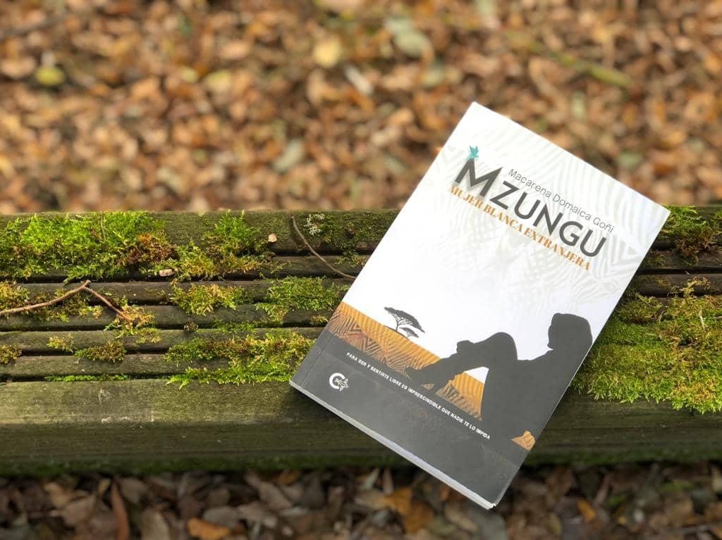 """Conoce a Macarena Domaica, autora de """"MZUNGU. Mujer blanca extranjera"""""""