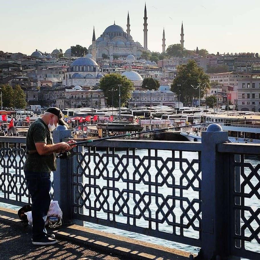 Pescador pescado en el puente Gálata, al atardecer
