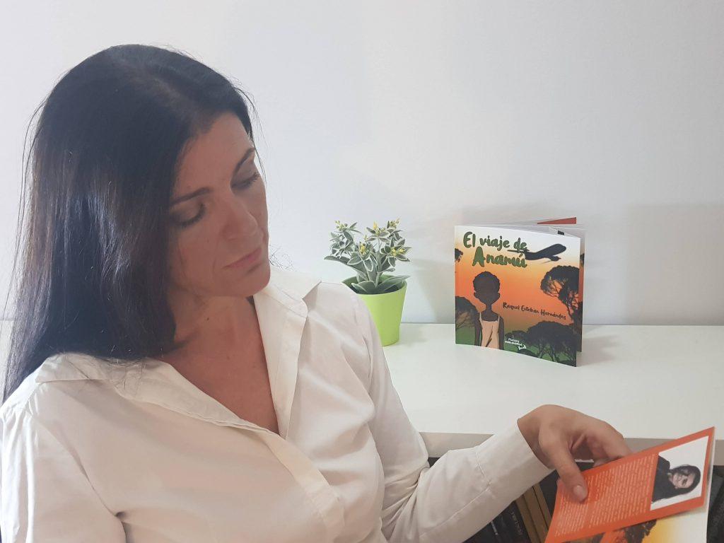 Raquel Esteban leyéndo El viaje de Anamú