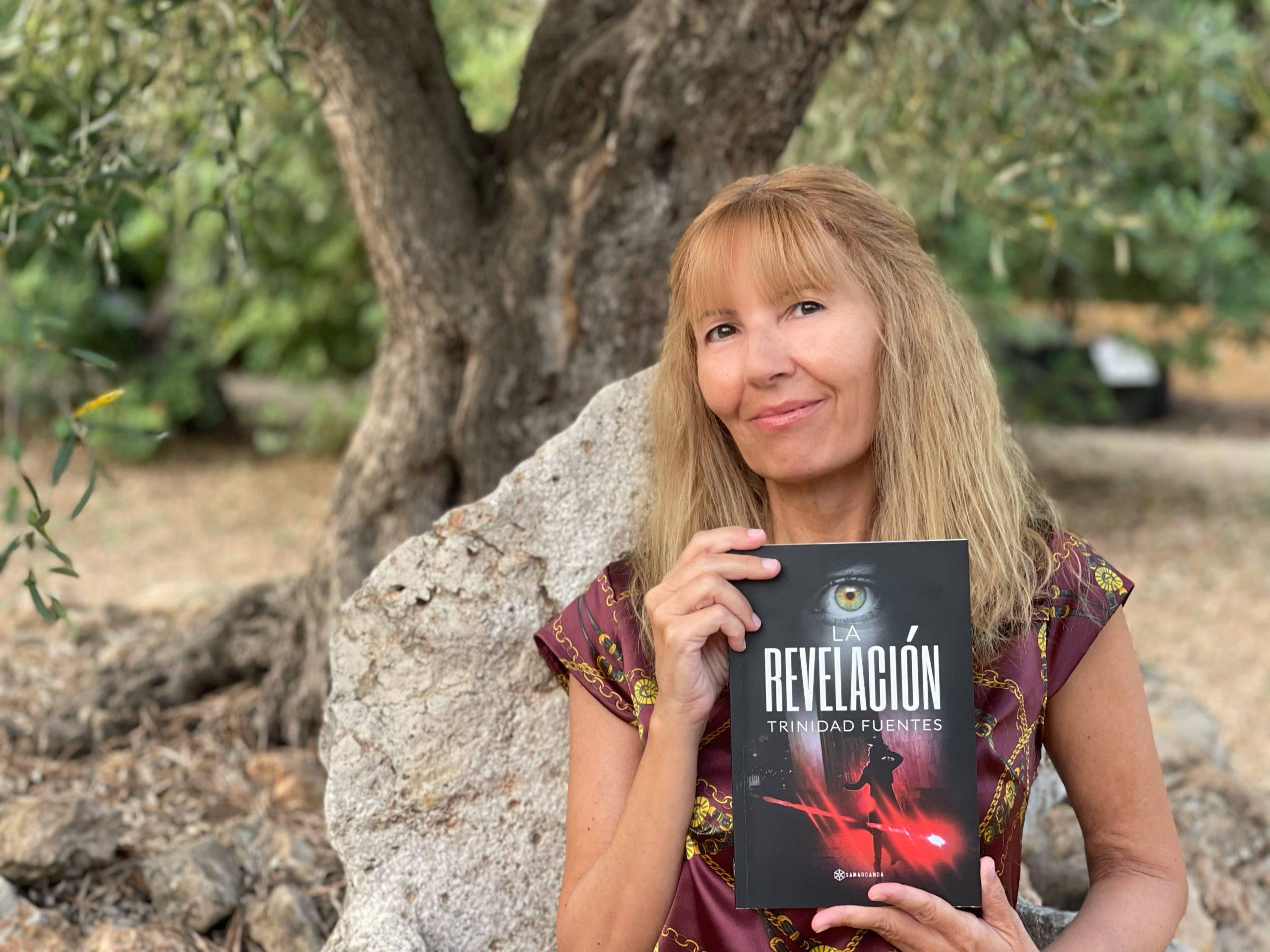 """Conoce a Trinidad Fuentes, autora de """"La revelación"""" y que estará firmando sus obras en la Feria del libro de Madrid"""