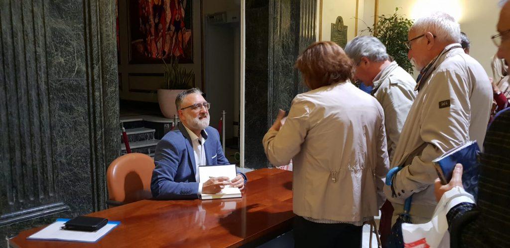 Teo Palacios charlando con lectores