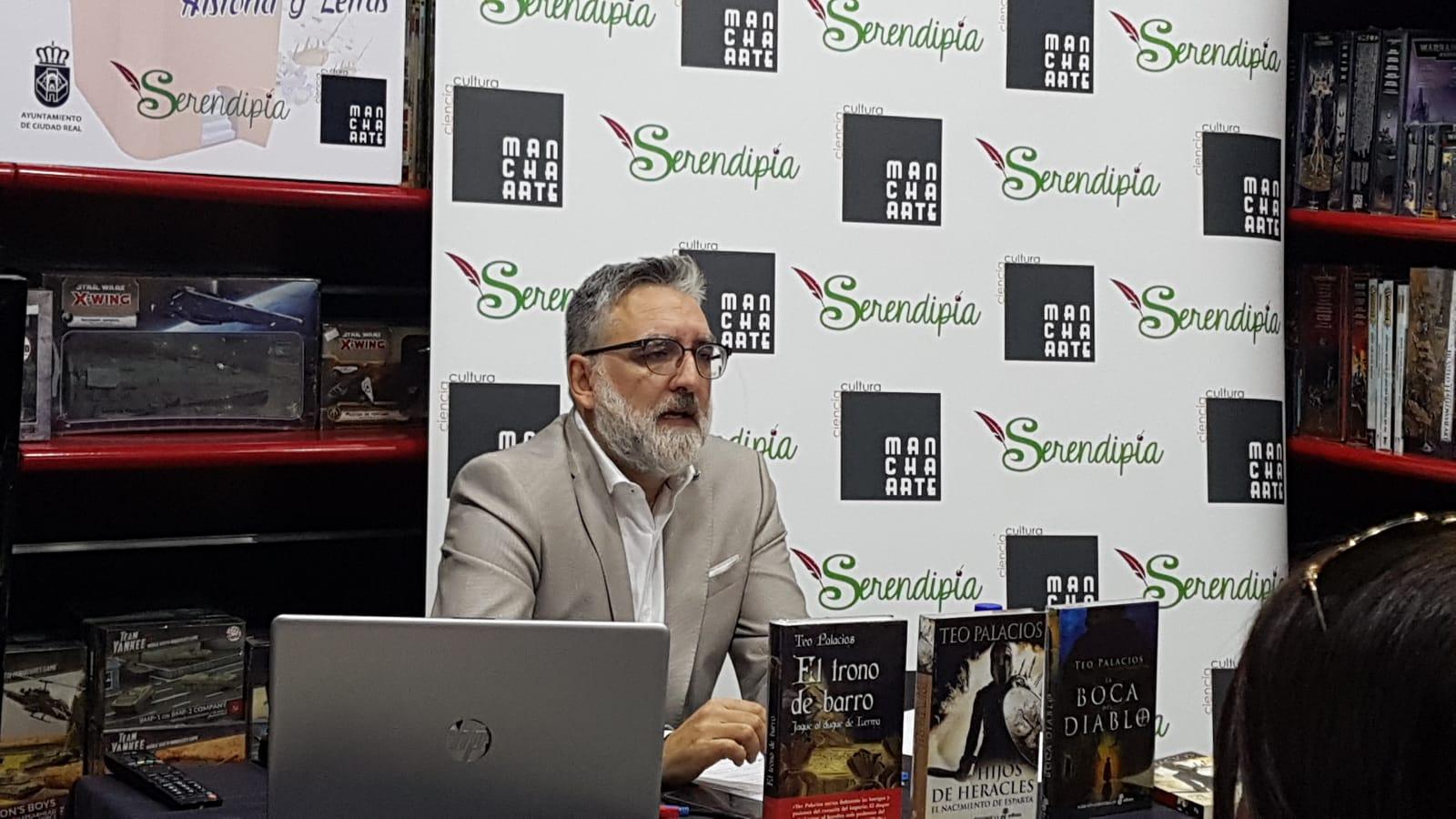 Teo Palacios, un escritor de método y pasión las letras
