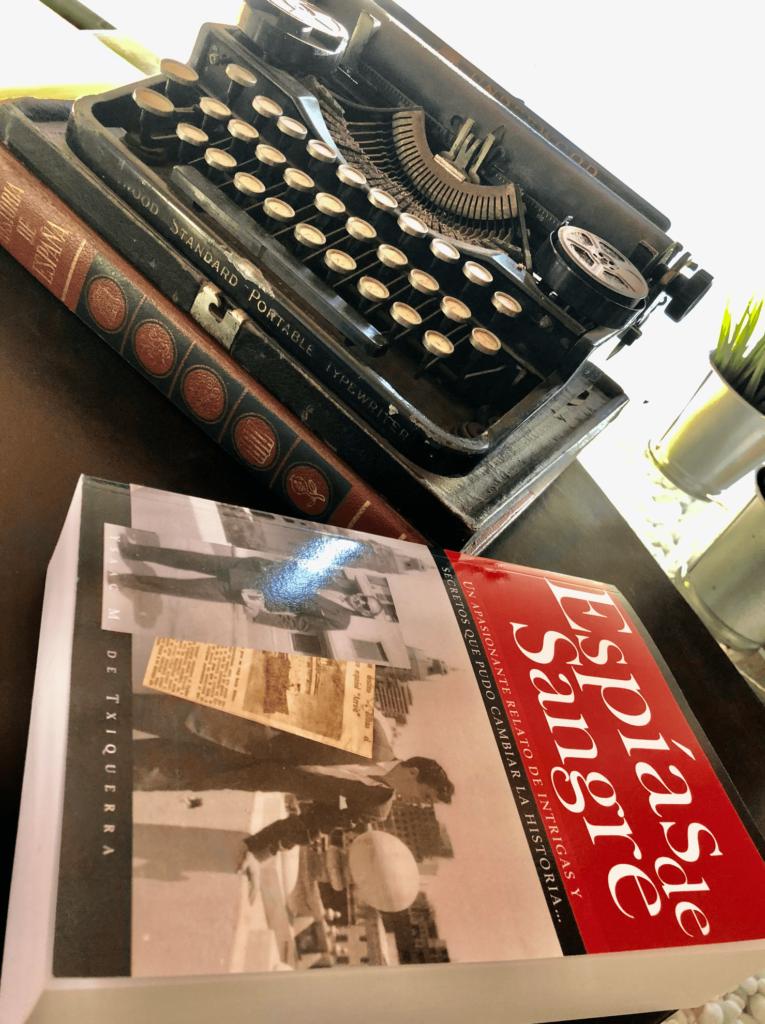Ysaac M. de Txiquerra Libro y maquina de escribir