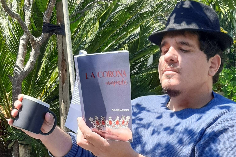 Albert Gamundi Sr. novelista e historiador, autor de la novela «La Corona Usurpada»