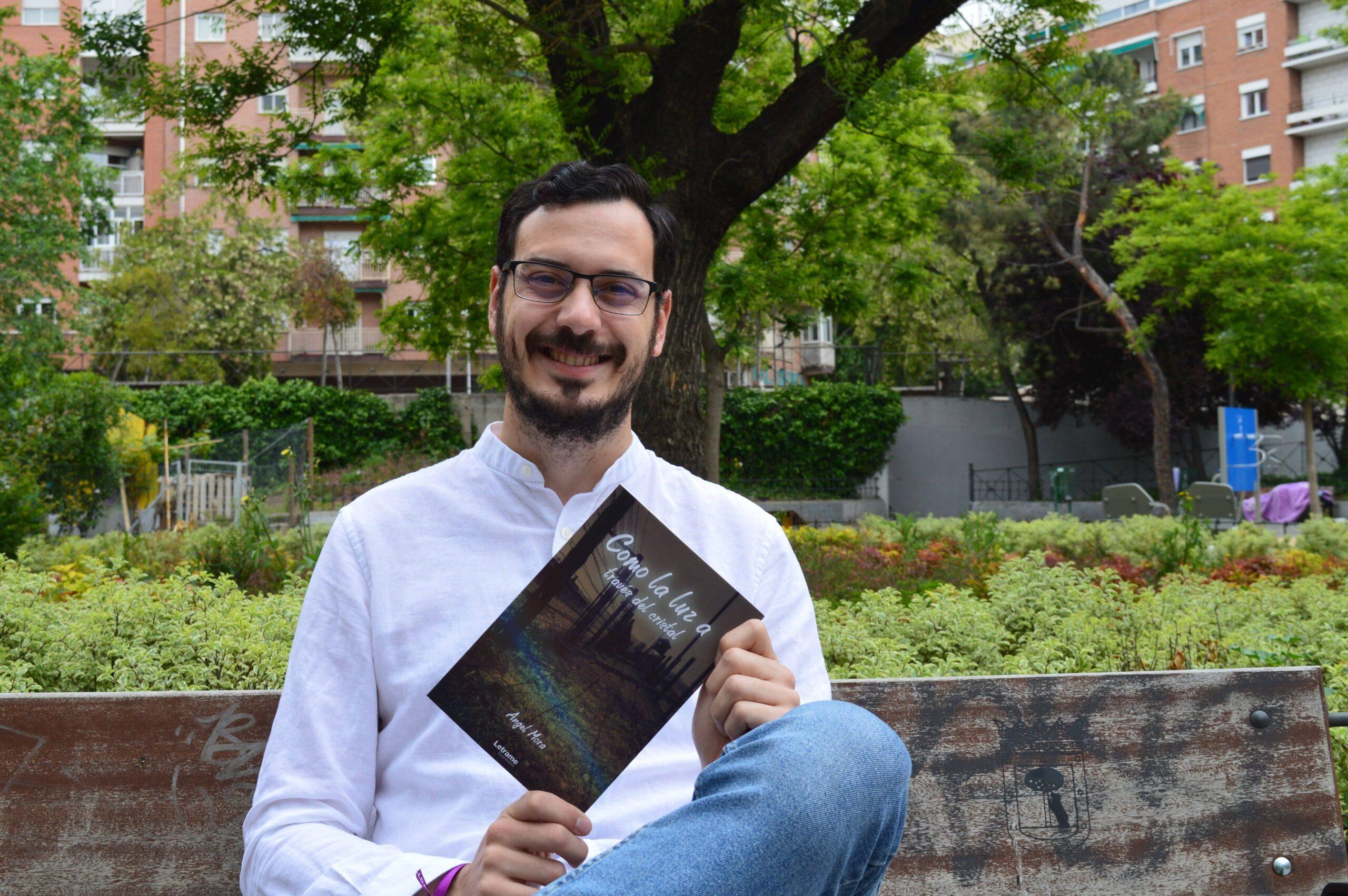 """Entrevista a Ángel Mora, autor de """"Como la luz a través del cristal"""""""