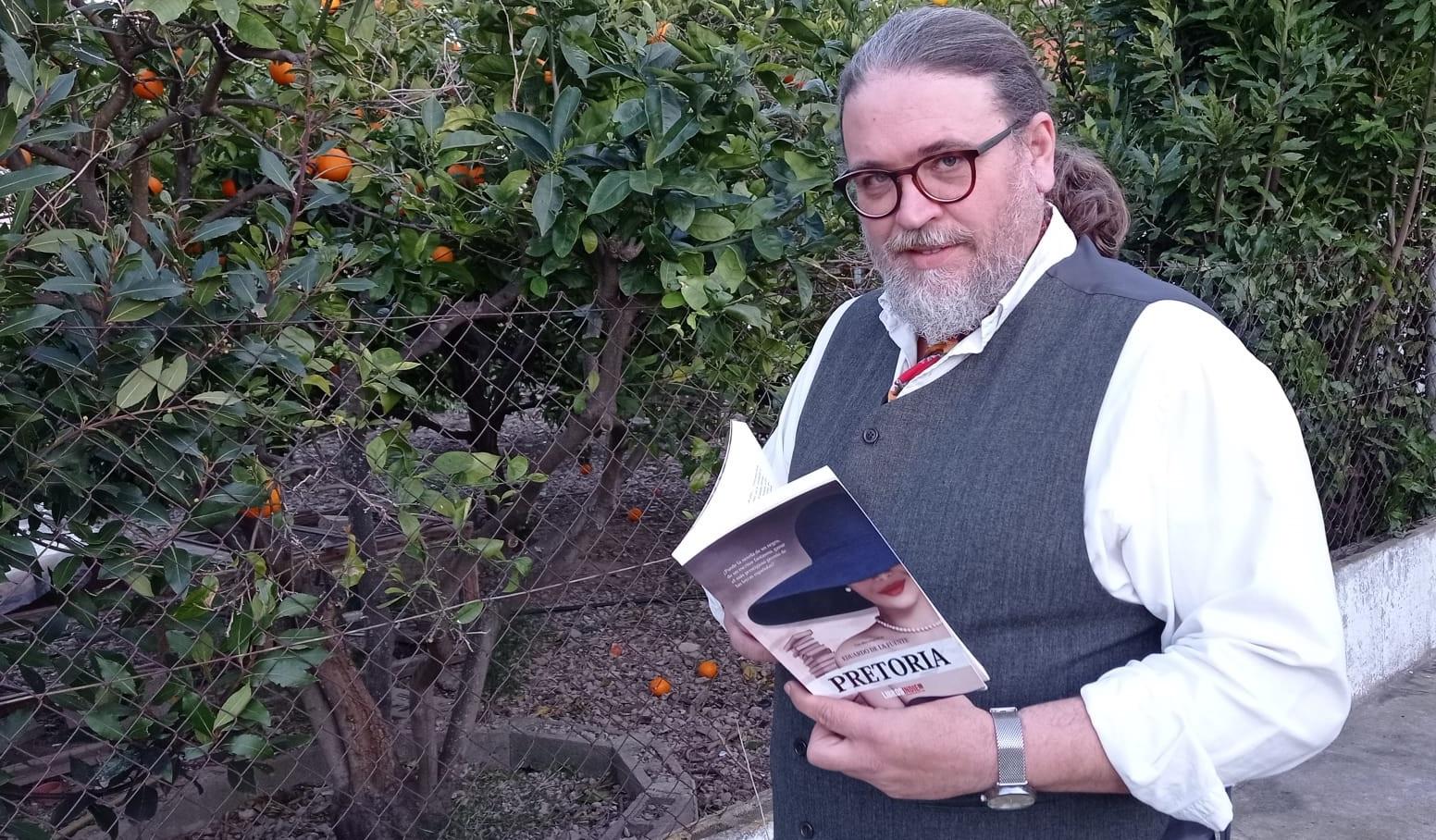 """Conoce a Eduardo de la Fuente, periodista y escritor palmesano, autor de la novela """"Pretoria"""""""